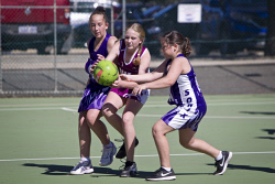 KGM-0034583 © WestPix Junior Netball, Sonix vs Imperials, Imperials' Zoey Kliendienst centre and Sonix' Sarah Mccallum on the left and Molly Klemm on the right. (Picture: Louise White) 12th August 2017