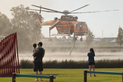 WAN-0000210 © WestPix Atwell fire . Residents watch on as Air-Crane helicopters fly overhead.  Picture: Simon Santi/The West Australian 03/02/2014 ######