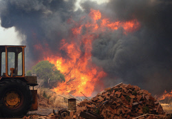 WAN-0000226 © WestPix Fire surrounds the Maes home in Gibbs Road. Pic Michael O'Brien - The West Australian - 3rd February 2014 -