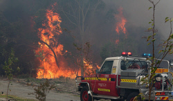 WAN-0000236 © WestPix Fire surrounds the Maes home in Gibbs Road. Pic Michael O'Brien - The West Australian - 3rd February 2014 -