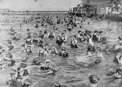 WAN-0029134 © WestPix CROWDS IN THE CRAWLEY SWIMMING BATHS, DURING A HOT SPELL. 12 JANUARY 1918.