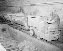 WAN-0033300 © WestPix ON THE NORTH KALGURLI MINE ON THE GOLDEN MILE, A TRAMMER BRINGS ORE TO THE CHUTE. THE TRAMMERS PULL 10 TONS. 4 SEPTEMBER 1962.